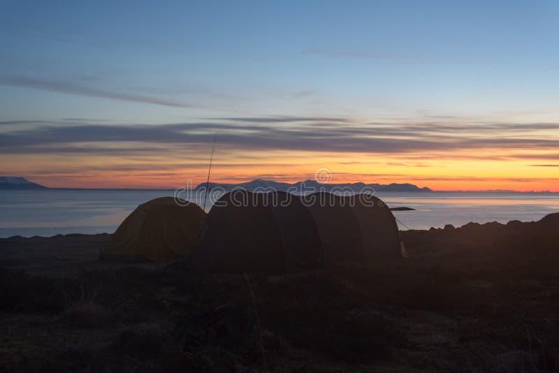 Ötältläger i solnedgång arkivbilder