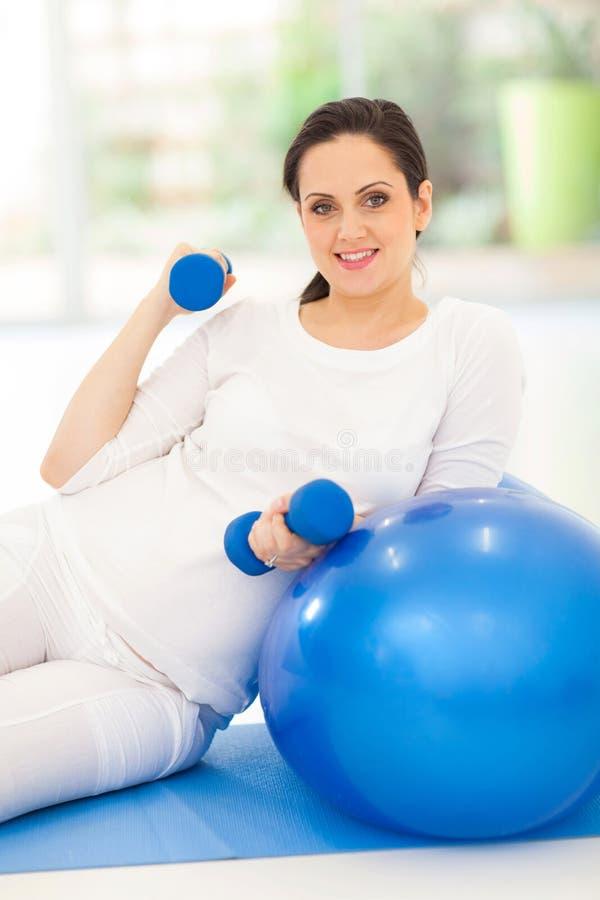 Öva för gravid kvinna fotografering för bildbyråer
