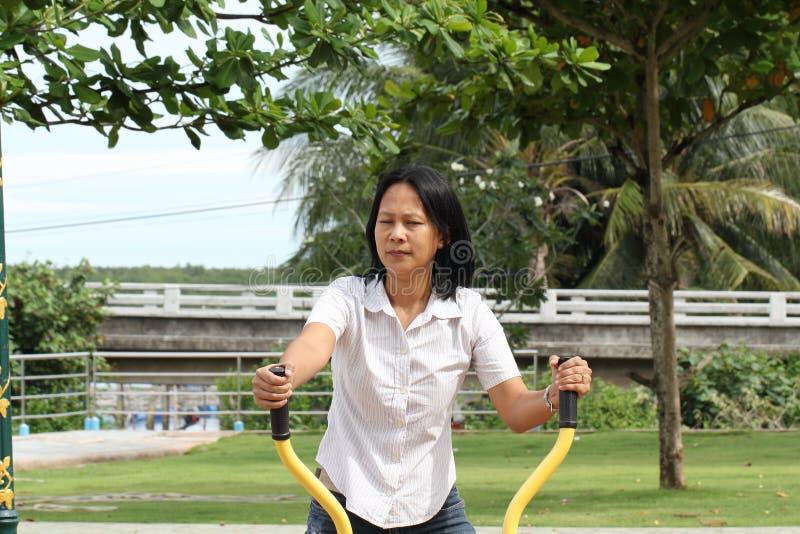 Öva för kvinna som är utomhus- arkivbild