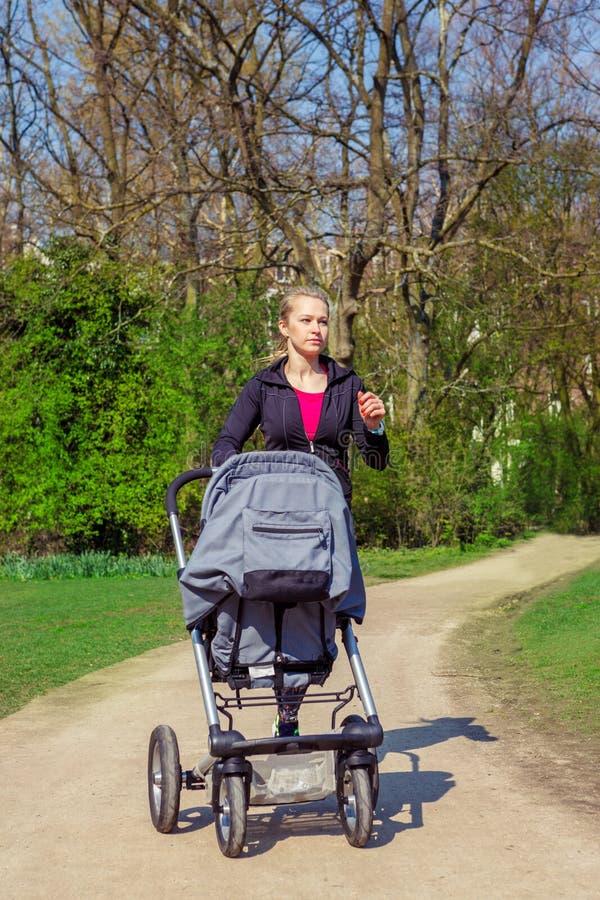 Öva med en barnvagn arkivfoton