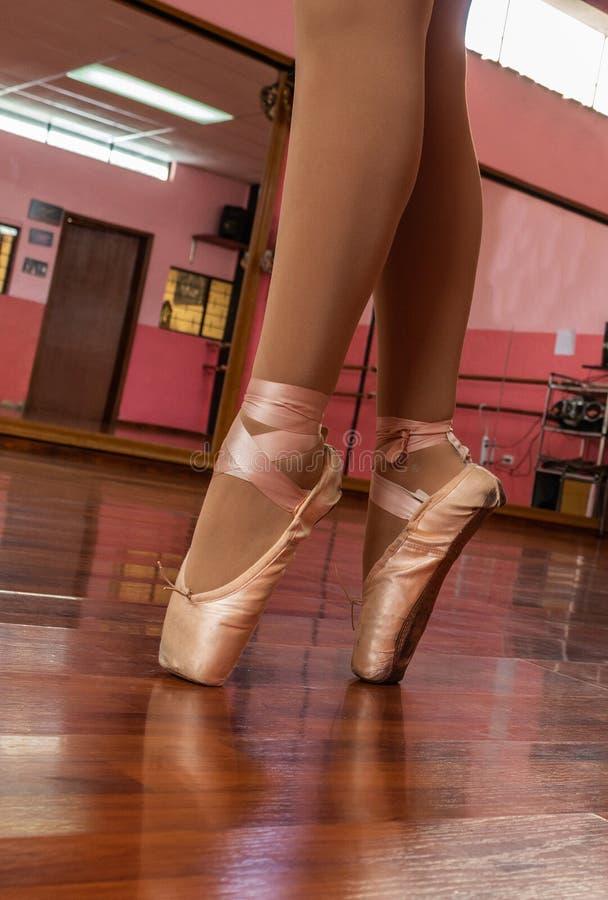 Övande balett för ung flicka med rosa gymnastikskor fotografering för bildbyråer