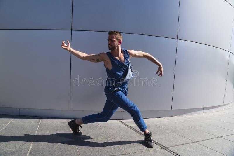 Övande dansrörelse för ung dansare på gatan arkivbilder