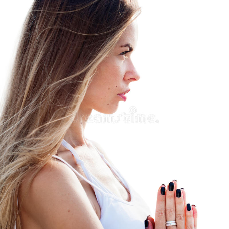 övande kvinnayoga bakgrund isolerad white arkivbild