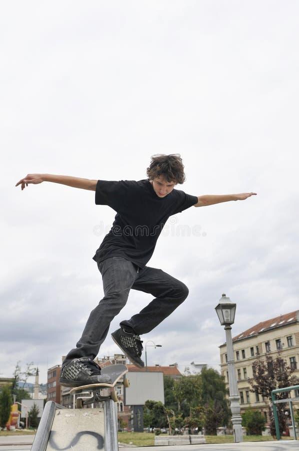 Övande skateboarding för pojke arkivfoton