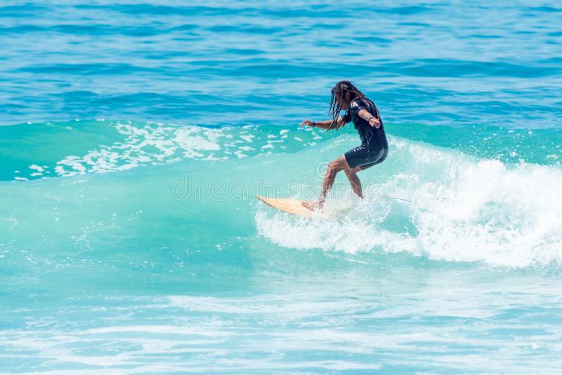 Övande surfa för surfare på den Sayulita Nayarit stranden royaltyfria bilder