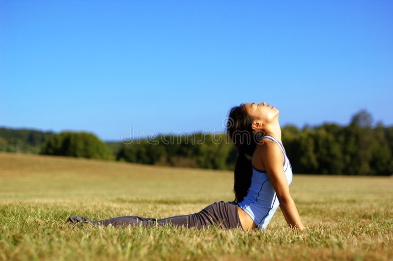 övande yoga för fältflicka royaltyfri foto