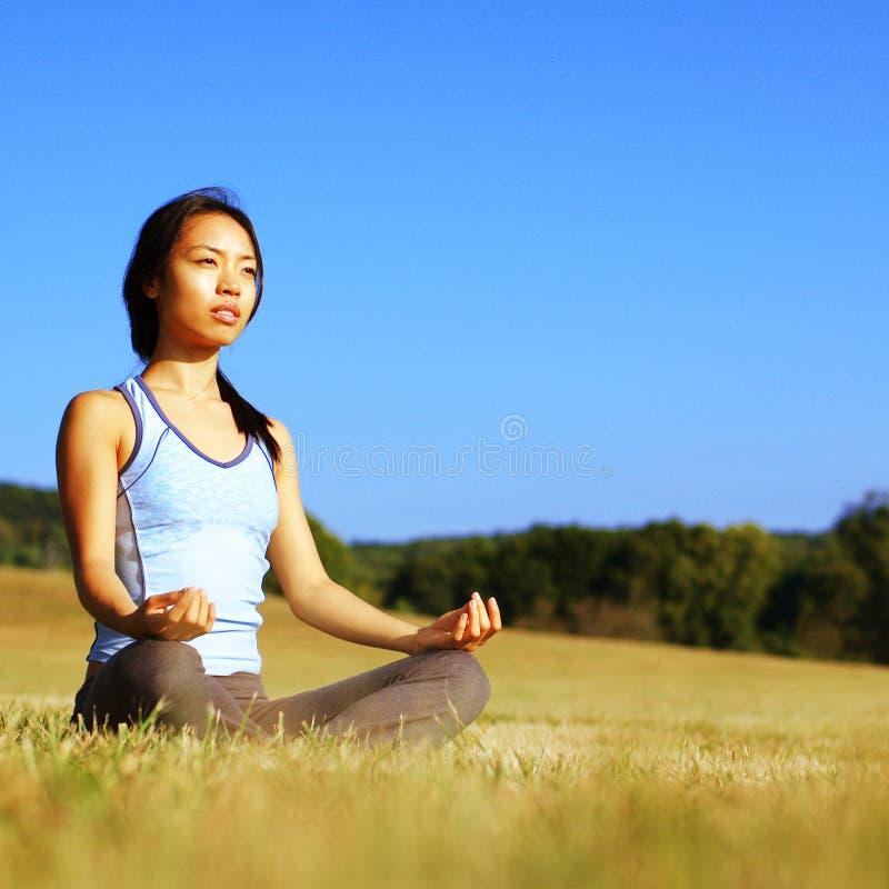 övande yoga för fältflicka fotografering för bildbyråer