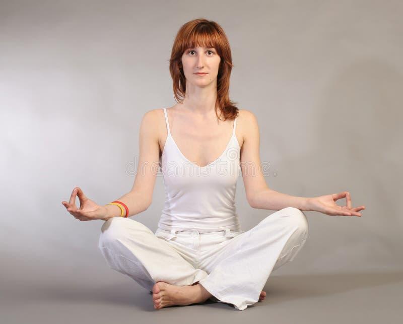 övande yoga för flicka royaltyfria foton
