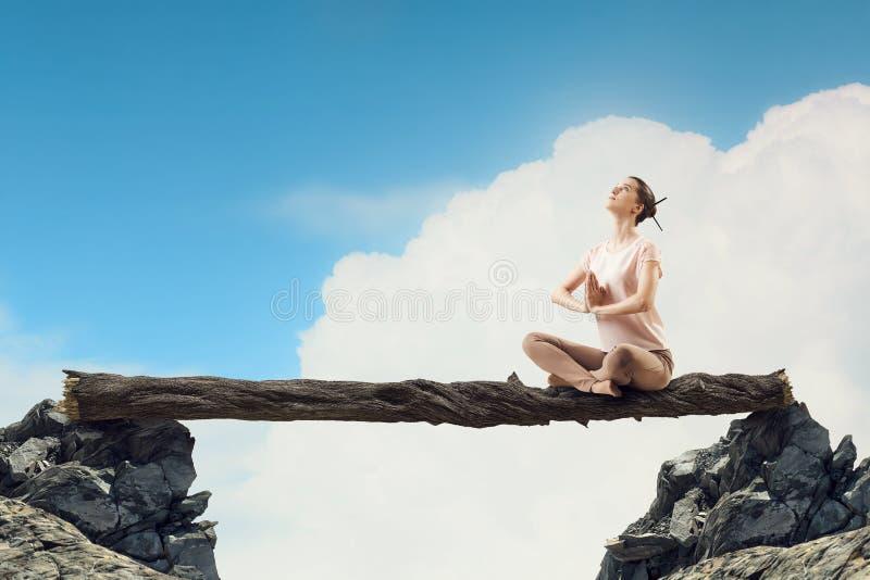 övande yoga för flicka Blandat massmedia fotografering för bildbyråer
