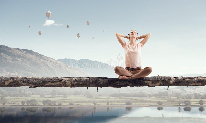 övande yoga för flicka Blandat massmedia royaltyfria bilder