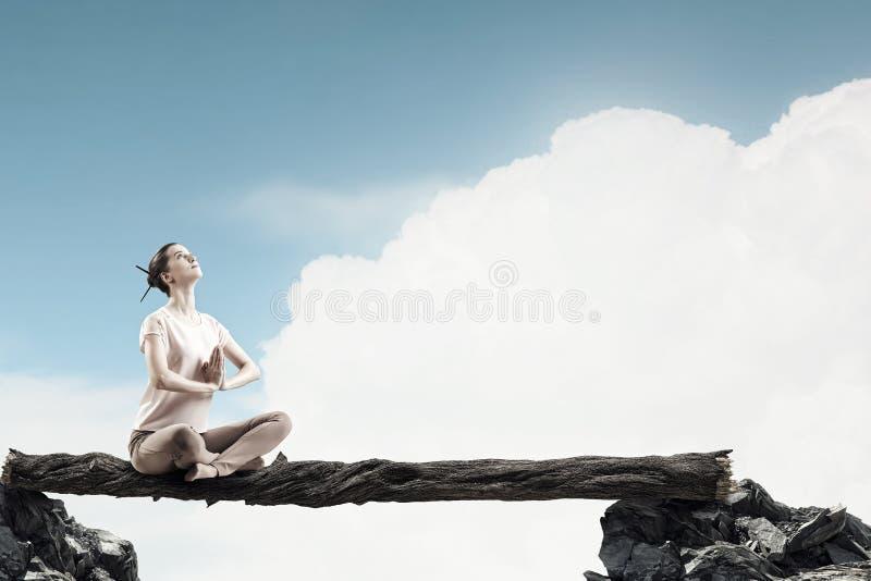 övande yoga för flicka Blandat massmedia royaltyfri bild