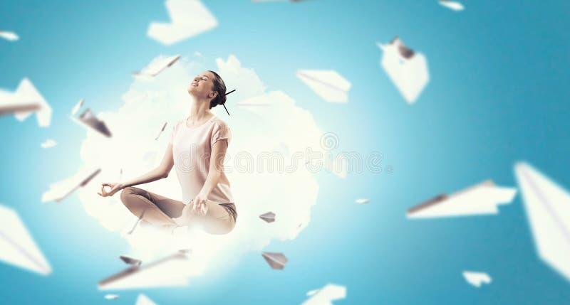 övande yoga för flicka Blandat massmedia royaltyfri fotografi