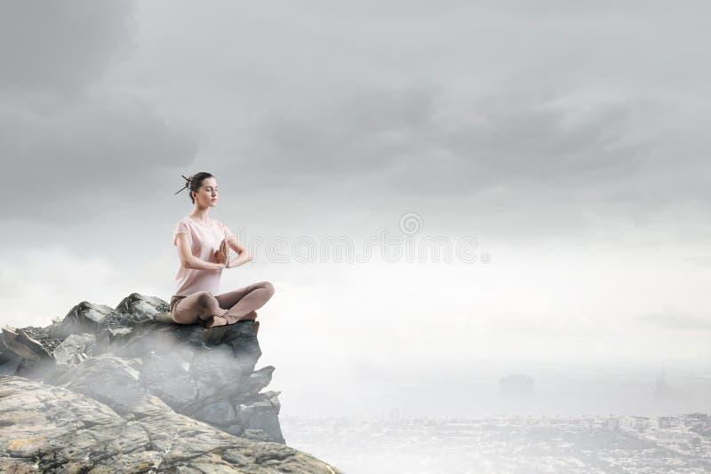 övande yoga för flicka Blandat massmedia arkivfoton