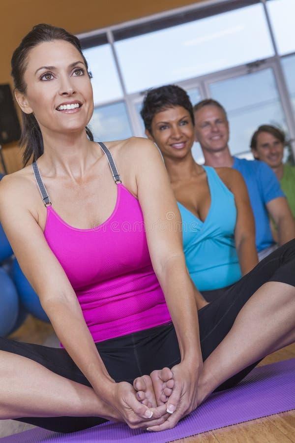 Övande Yoga för Interracial grupp människor royaltyfria bilder
