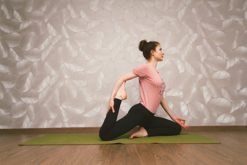 Övande yoga för kvinna, hem- genomkörarebegrepp fotografering för bildbyråer