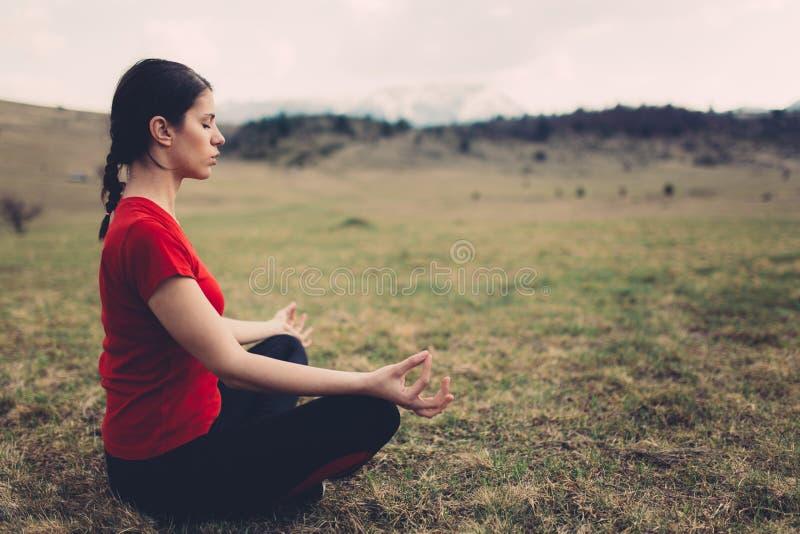 övande yoga för natur arkivbild