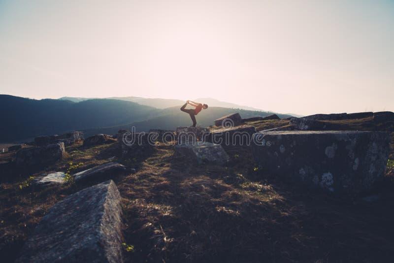 övande yoga för natur arkivbilder