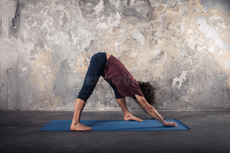 övande yogabarn för man royaltyfri fotografi