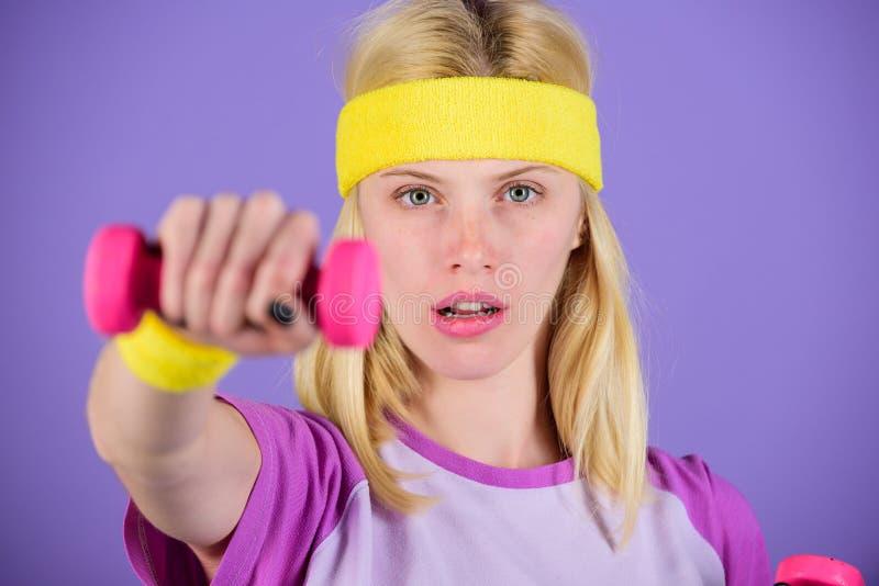 Övar med hantlar Genomkörare med hantlar Bicepsövningar för steg-för-steg handbok för kvinnor Stark håll för flicka arkivfoto