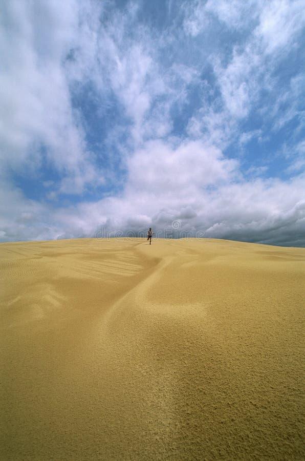 över avstånd man delar den running sanden royaltyfri bild