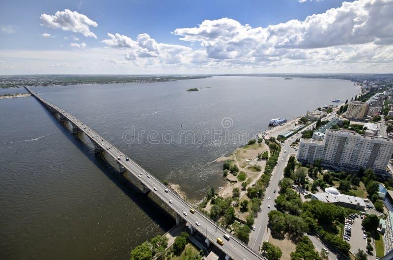 över brofloden volga royaltyfri bild