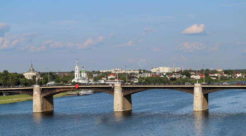 över brofloden volga royaltyfri foto