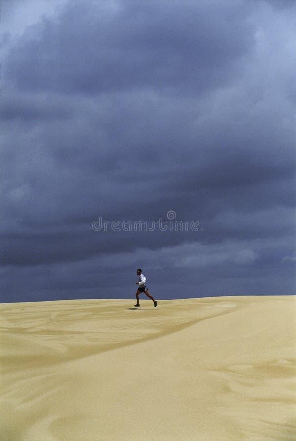 över delar man den running sanden royaltyfri bild