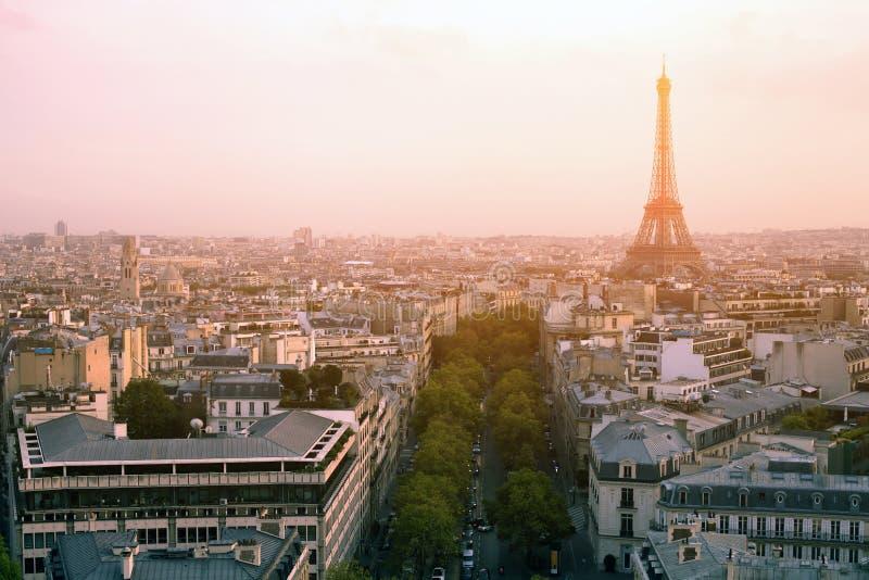 över den paris solnedgången royaltyfri foto