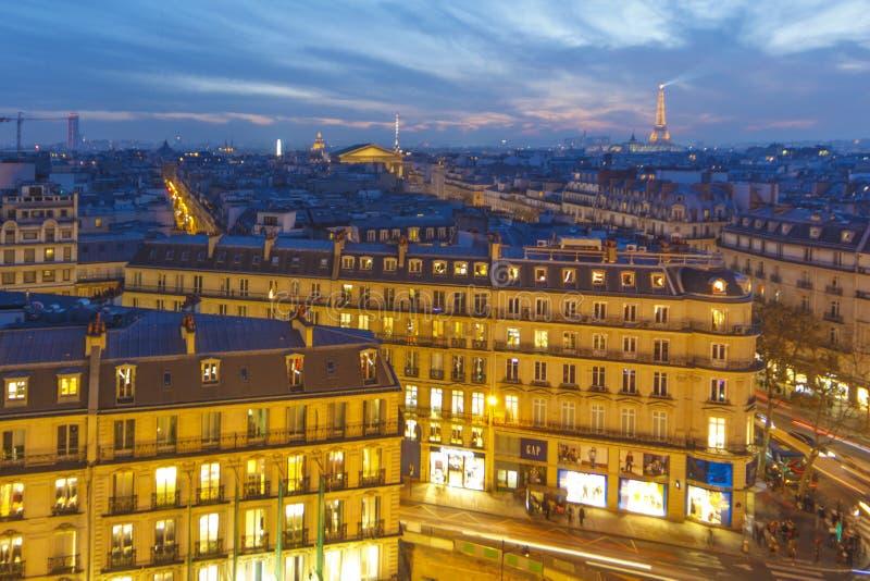 över den paris solnedgången fotografering för bildbyråer