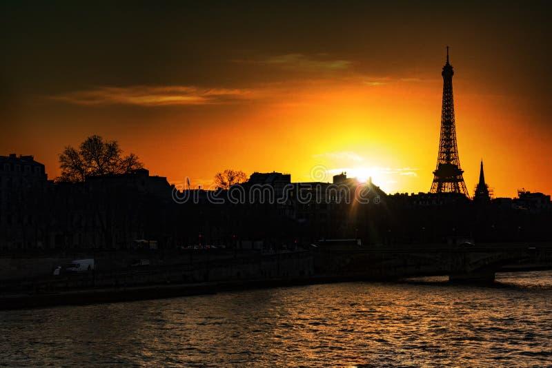 över den paris solnedgången royaltyfri fotografi