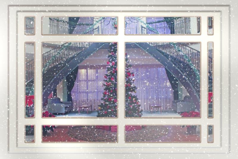 Över ett fönster ser jag julgranen. arkivfoto