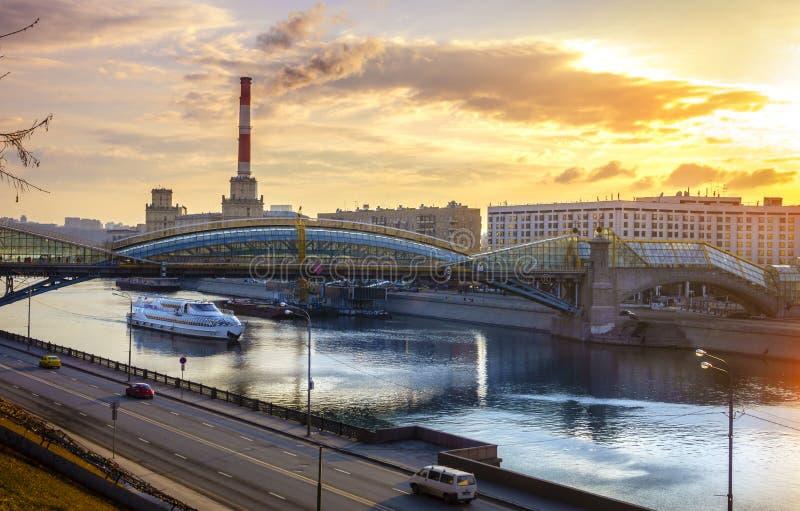 över för moscow för stad för broaffärsmitt floden gångare royaltyfri foto
