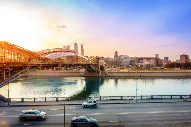 över för moscow för stad för broaffärsmitt floden gångare royaltyfri bild