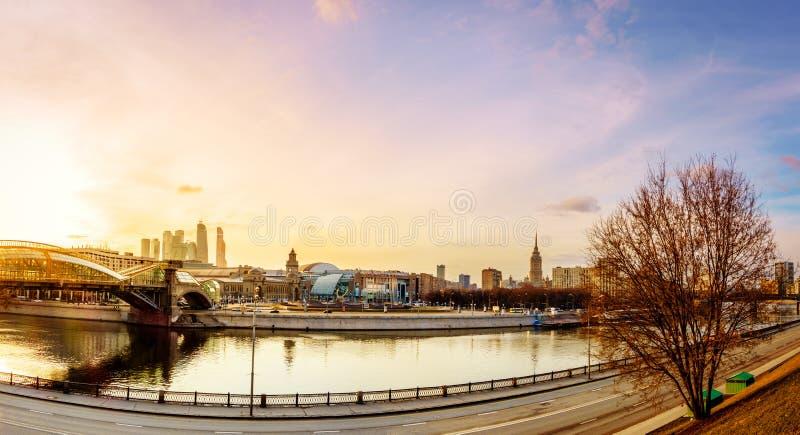 över för moscow för stad för broaffärsmitt floden gångare arkivbilder