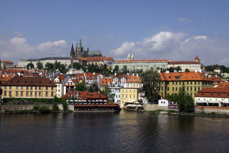 Över floden till St Vitus Cathedral royaltyfri foto