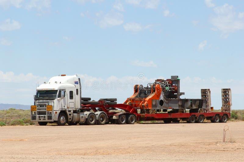 Över formattransport med vägdrevet i vildmarken Australien arkivbild