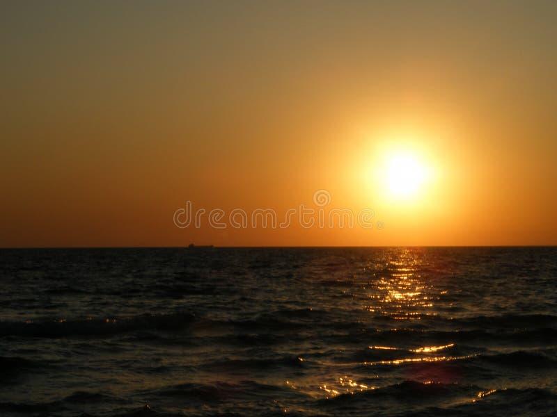 över havssolnedgång royaltyfri bild