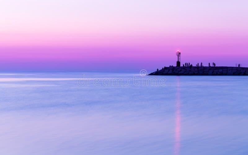 över havssolnedgång Skymning purpurfärgad himmel royaltyfri fotografi