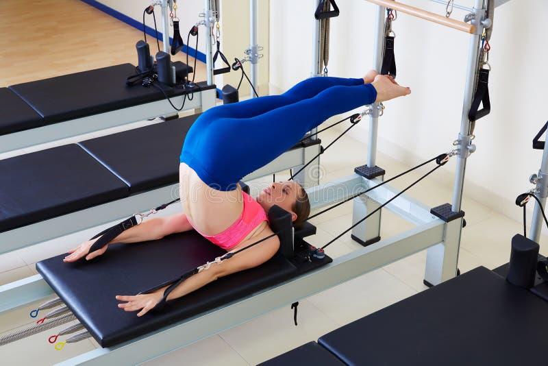 Över huvudet övning för Pilates världsförbättrarekvinna royaltyfri bild