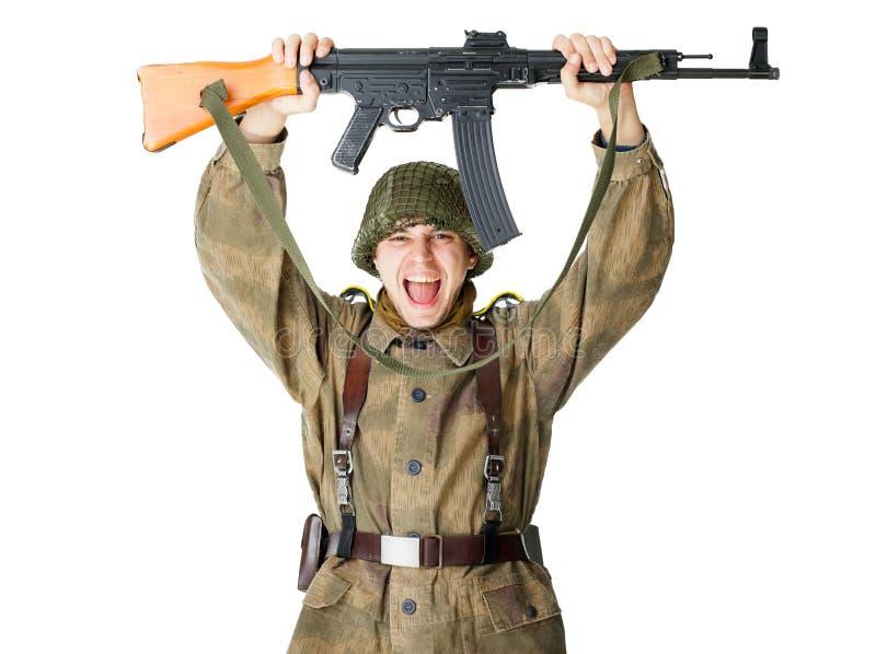 Över huvudet hållande maskingevär för soldat royaltyfri foto