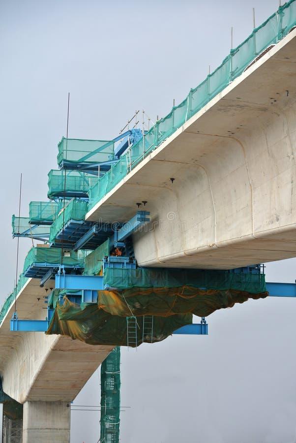 Över huvudet konkret viadukt under konstruktion på konstruktionsplatsen arkivfoto