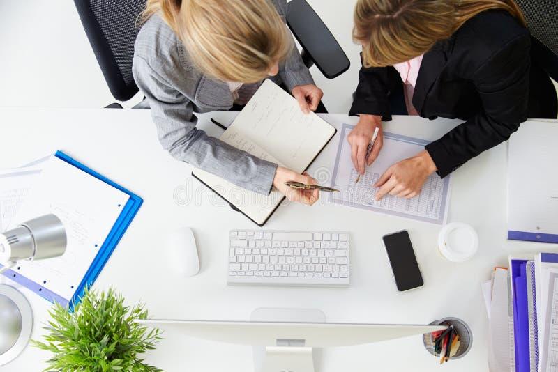 Över huvudet sikt av affärskvinnor som arbetar på ½ för kontorsComputerï ¿ arkivbilder