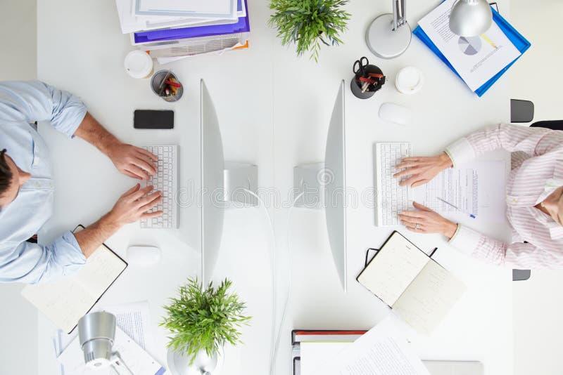 Över huvudet sikt av Businesspeople som arbetar på ½ för kontorsComputerï ¿ fotografering för bildbyråer