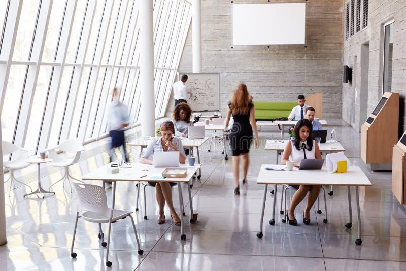 Över huvudet sikt av Businesspeople som i regeringsställning arbetar på skrivbord royaltyfri foto