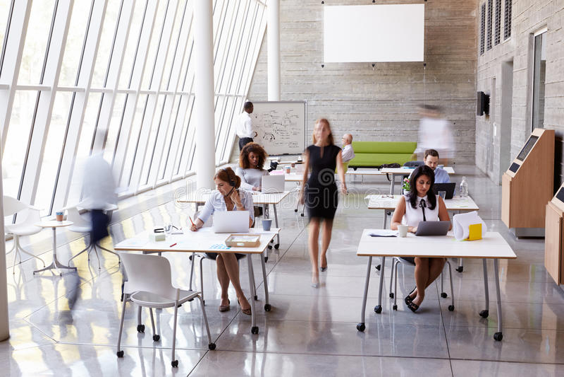 Över huvudet sikt av Businesspeople som i regeringsställning arbetar på skrivbord royaltyfria foton