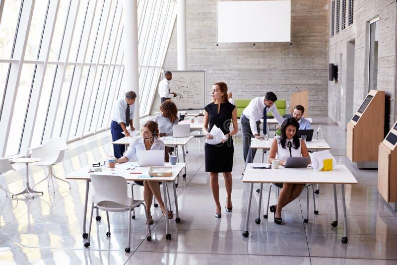 Över huvudet sikt av Businesspeople som i regeringsställning arbetar på skrivbord royaltyfri fotografi
