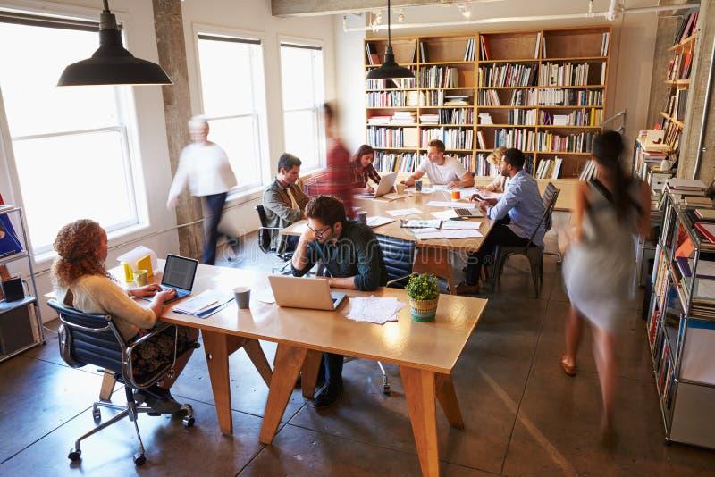 Över huvudet sikt av Businesspeople som i regeringsställning arbetar på skrivbord royaltyfria bilder