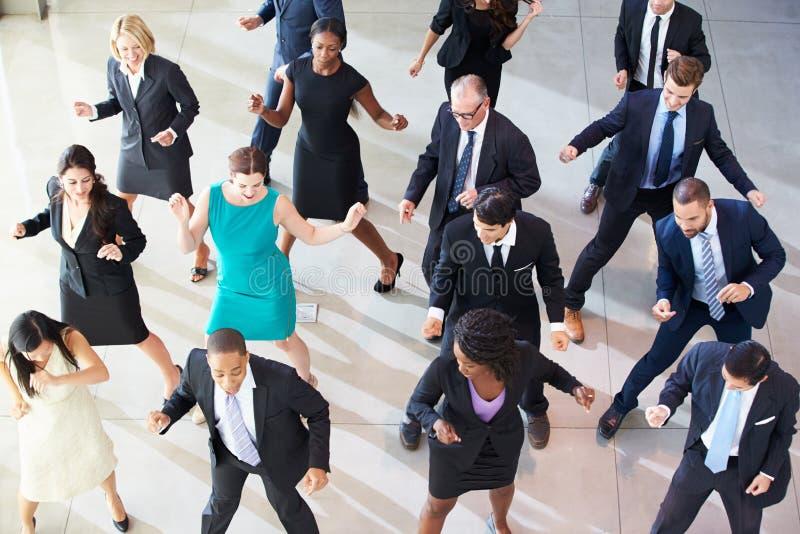 Över huvudet sikt av Businesspeople som i regeringsställning dansar lobbyen arkivfoton