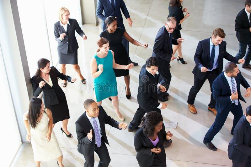 Över huvudet sikt av Businesspeople som i regeringsställning dansar lobbyen royaltyfri fotografi
