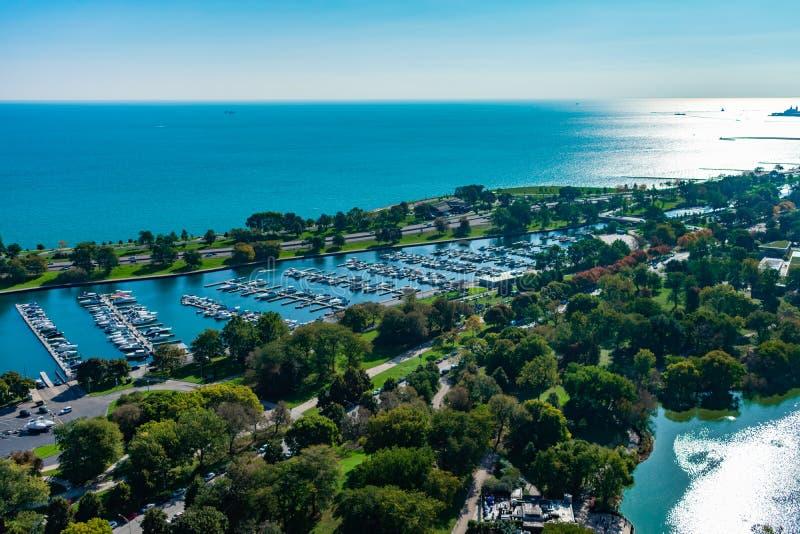 Över huvudet sikt av den Diversey hamnen och Lake Michigan under morgonen i Chicago royaltyfria bilder